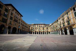Dünyada en çok ziyaret edilen ikinci ülke olan İspanya, 2020 yılı sonuna kadar 200 milyar dolarlık turizm sektörünün gergin bir canlanışını tartıyor