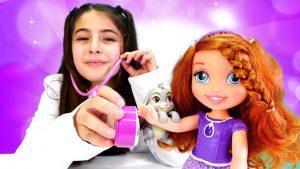 Çizgi film oyuncakları. Prenses Sofia ile doktor oyunu. Tırfıl şekerleri yiyor!