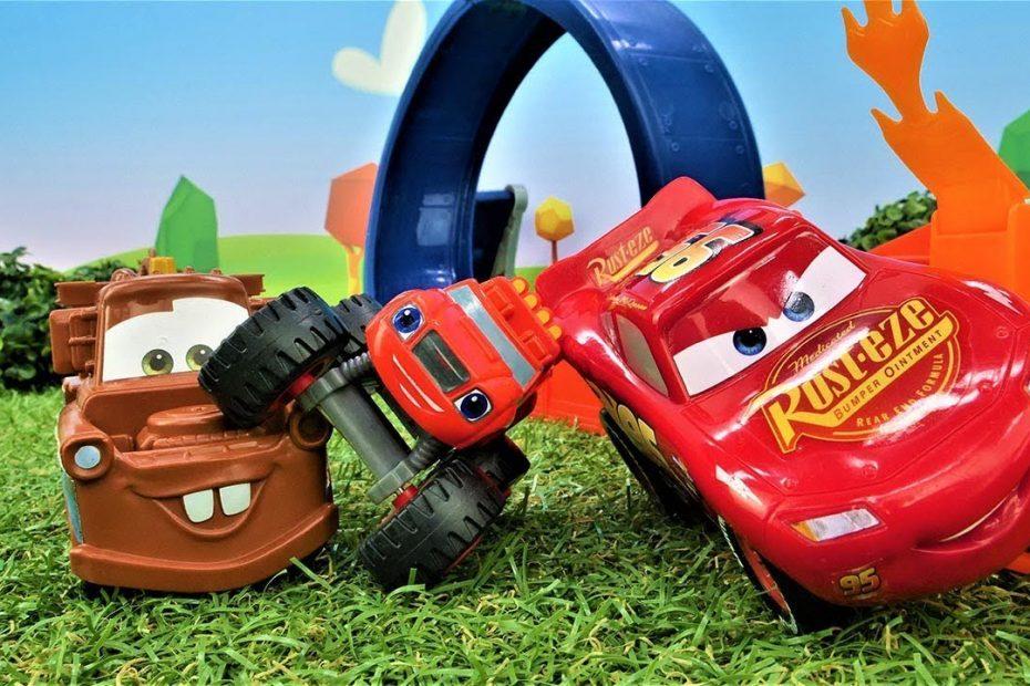 McQueen oyuncak pisti kuruyor. Araba yarışları. Şimşek McQueen oyuncakları.
