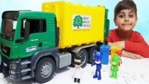 Pijamaskeliler Kedi çocuk kertenkele baykuşkız çöp kamyonu sürdüler romeo çöp kamyonunun içine düştü