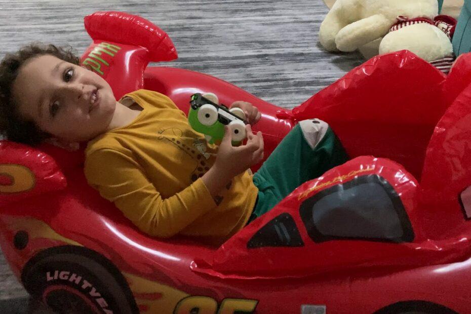 Eymen Şimşek Mcqueen Arabasını Evde Sürmeye Çalışıyor / Eğlenceli Çocuk Videosu
