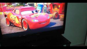 Şimşek McQueen ve yarış arabaları var McQueen ve yarış arabalar yarış yapar
