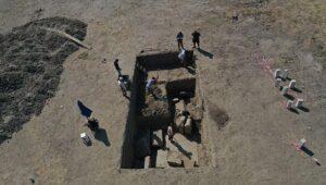 Aydın'daki magnezya kazılarında ulaşılan Zeus tapınağının giriş kapısı